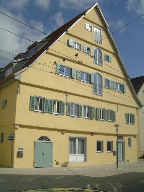 Das Gebäude Schenkenbergstrasse 76 in Esslingen-Mettingen nach dem Umbau. Sie sehen die Westfassade.